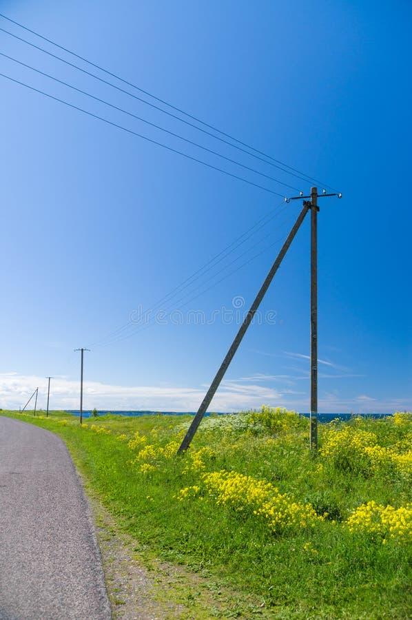 Oude houten elektriciteitspost en lijnen in het platteland royalty-vrije stock afbeelding