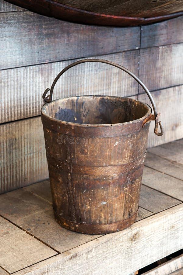 Oude houten emmer stock afbeelding