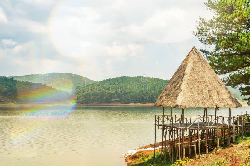 Oude houten gazebo met met stro bedekt dak op een rivier in de aard dichtbij de tempel van waarheid stock afbeelding