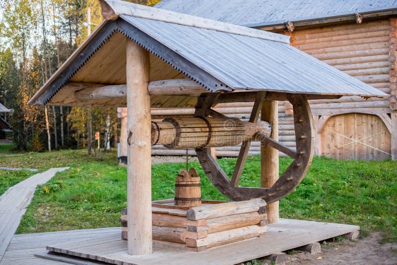 Oude houten goed met een wiel royalty-vrije stock afbeelding