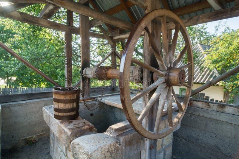 Oude houten goed met groot wiel stock afbeeldingen