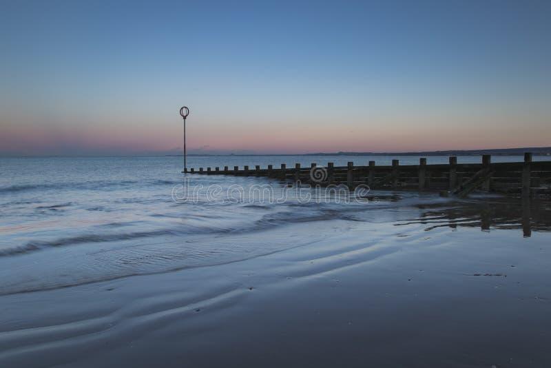 Oude houten Golfbreker op Portobello-strand bij zonsondergang royalty-vrije stock fotografie