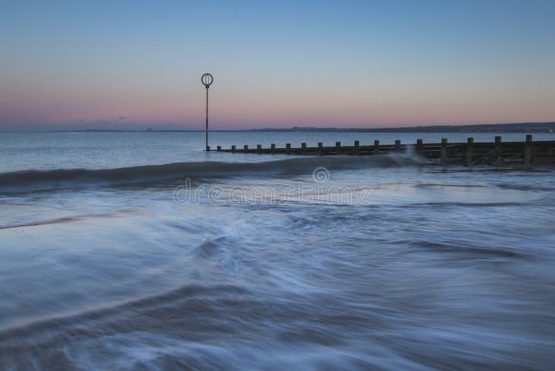 Oude houten Golfbreker op Portobello-strand bij zonsondergang stock afbeelding