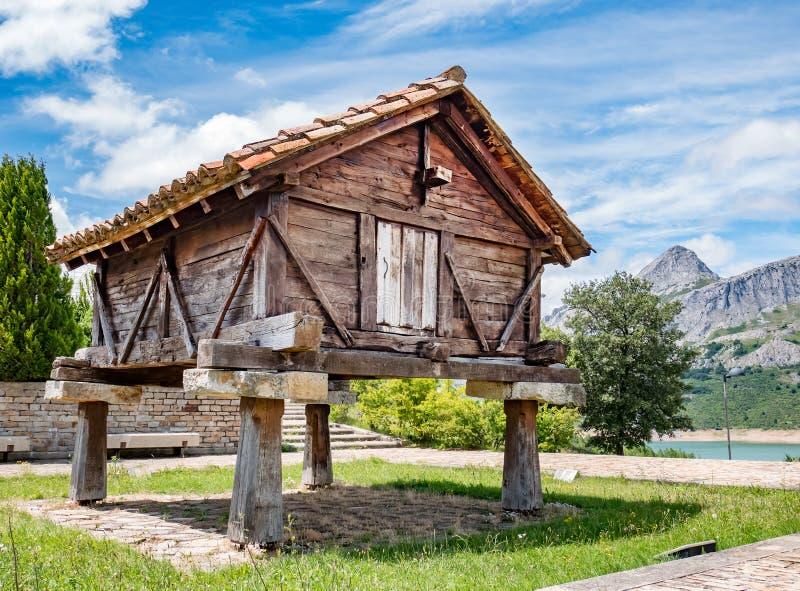 Oude houten Horreo, typische landelijke bouw in Spanje stock foto