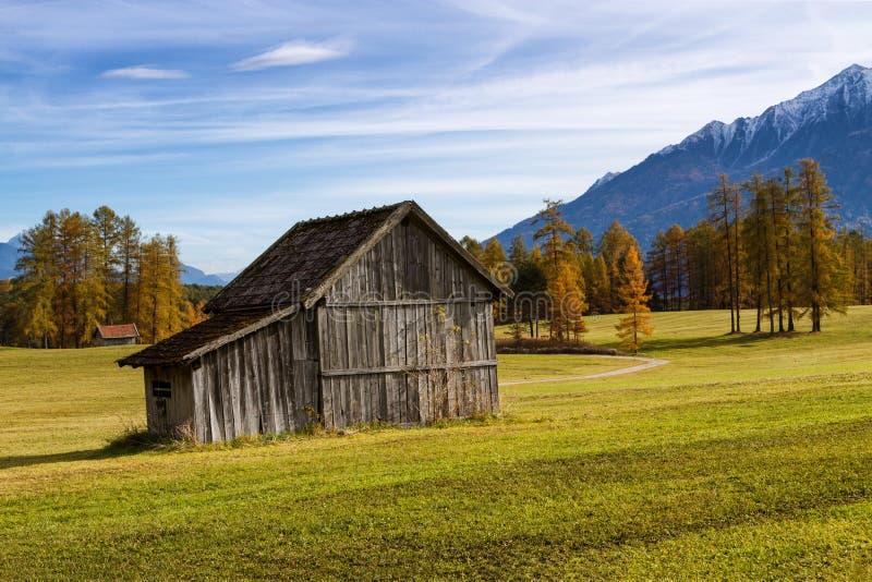 Oude houten hut in berg bij landelijk dalingslandschap Miemingerplateau, Oostenrijk, Europa stock fotografie