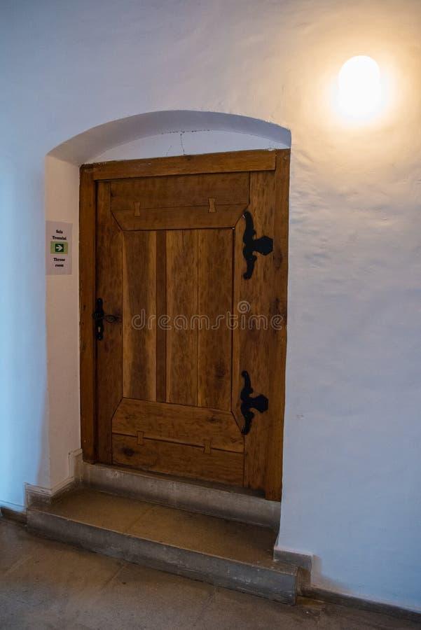 Oude houten kasteeldeur royalty-vrije stock afbeeldingen