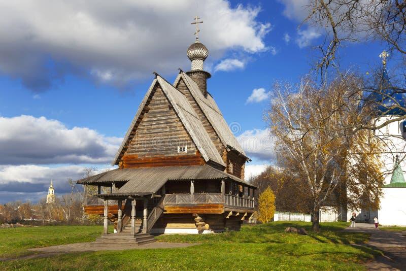 Oude houten kerk van Sinterklaas dichtbij Kathedraal van Geboorte van Christus van Onze Dame in Suzdal het Kremlin royalty-vrije stock fotografie