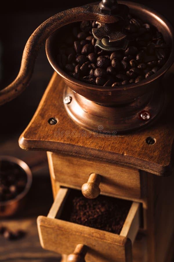 Oude houten koffiemolen met bonen royalty-vrije stock afbeeldingen