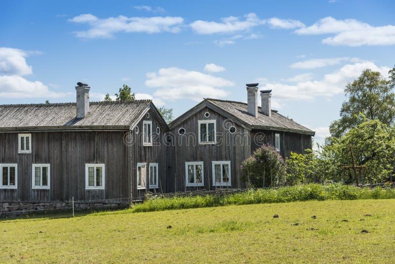 Oude houten landbouwbedrijfgebouwen Halsingland Zweden stock afbeeldingen