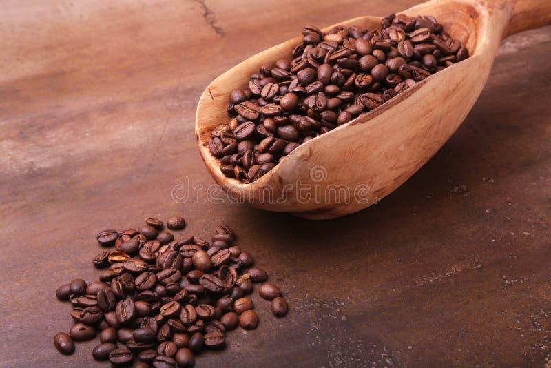 Oude houten lepel met koffiebonen, koffiemolen en Turkse koffie in Cezve op donkere steenlijst royalty-vrije stock fotografie