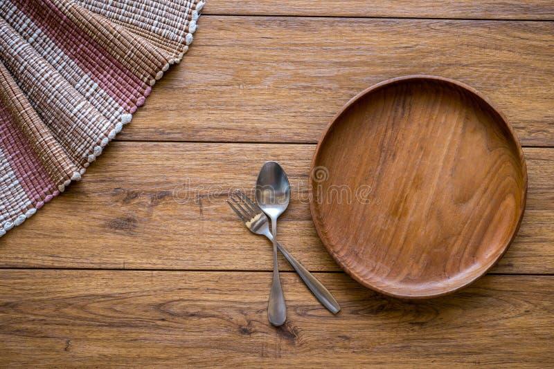 Oude houten lijst met lege plaat op een houten lijst en copyspac stock foto