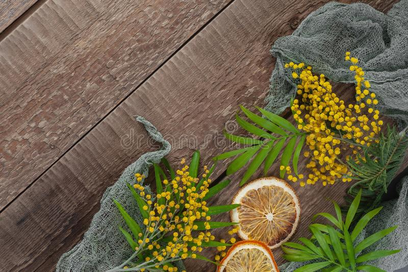Oude houten lijst met mimosabloemen en bladeren Concept energie stock afbeelding