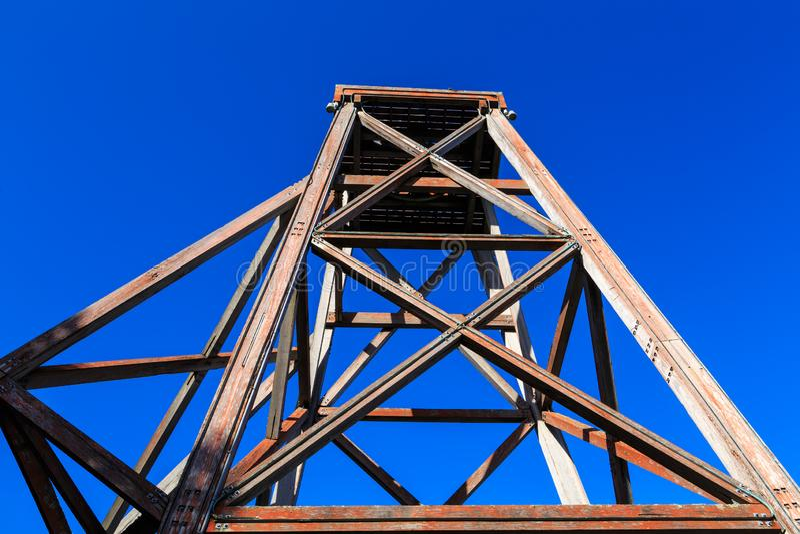 Oude houten mijnbouw headframe in Waihi, Nieuw Zeeland stock fotografie