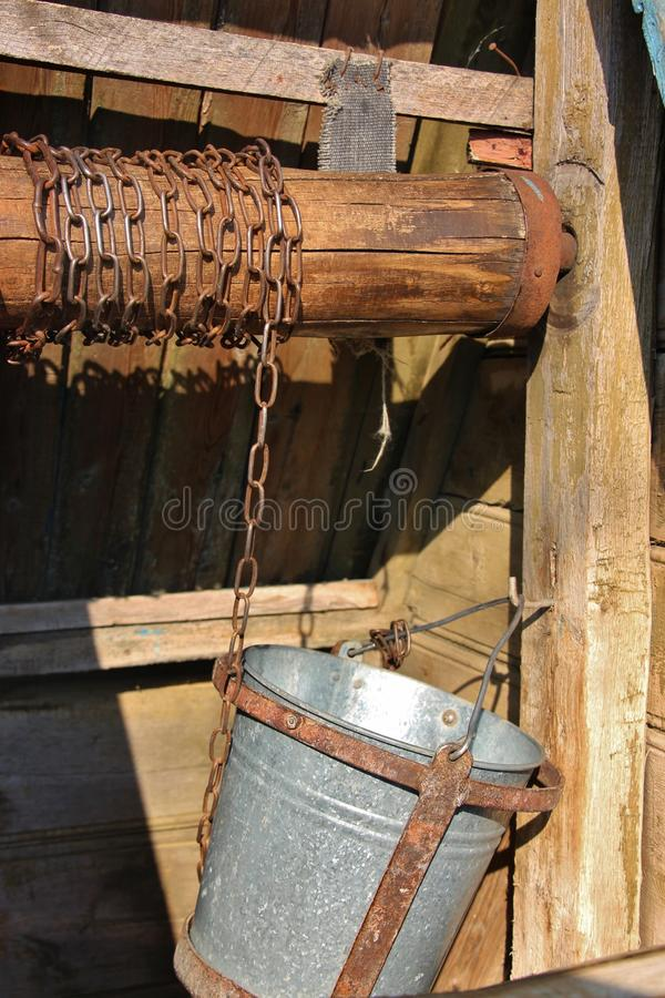 Oude houten Moldavische waterput stock foto's