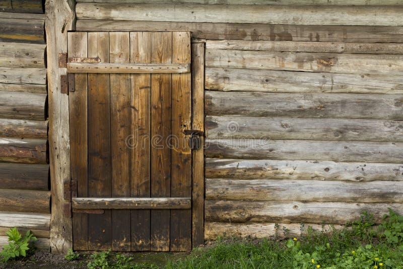 Oude houten muur en deur stock foto