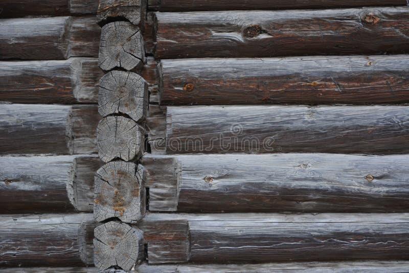 Oude houten muur van blokhuis Voorgevel van een logboekhuis aan het eind van 19de eeuw zonder spijkers in Rusland wordt gebouwd d royalty-vrije stock foto's