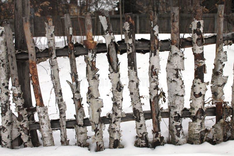 Oude houten omheining in de winter stock afbeelding