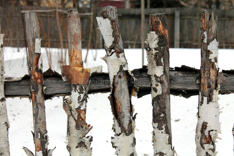 Oude houten omheining in de winter stock foto