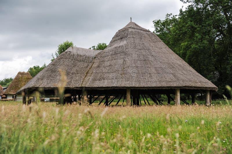 Oude houten open schuur in oud dorp stock foto's