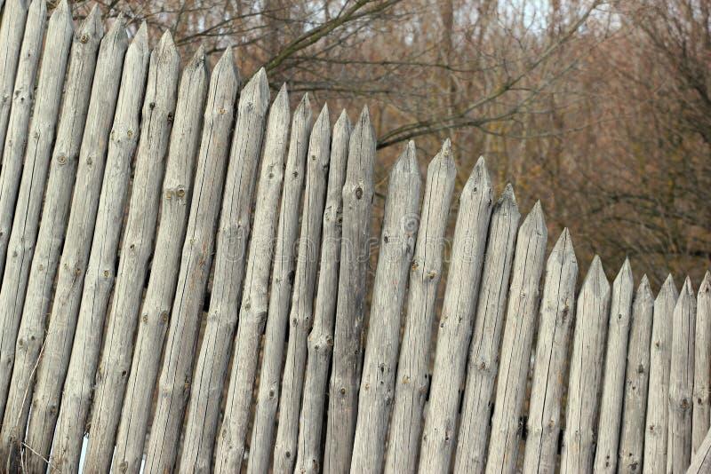 Oude houten palissadeomheining stock foto