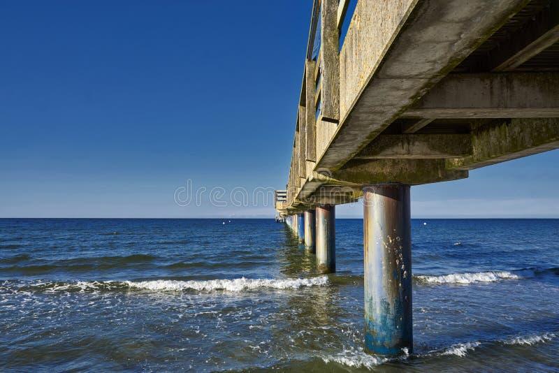 Oude houten pier op de oostzee stock fotografie