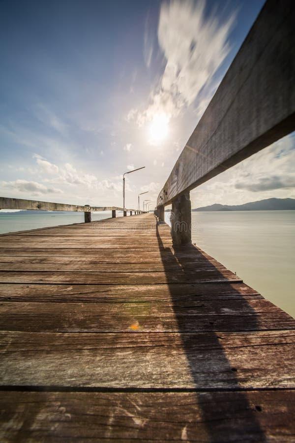 oude houten pijler en het overzees met zich wolk het bewegen royalty-vrije stock foto