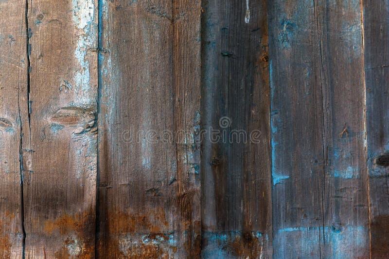 Oude houten planken Blauw en bruin droog hout Planken in blauwe verf worden geschilderd die De verf van de schil barsten stock foto