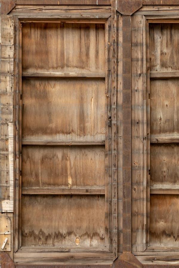 Oude houten poort die met ijzer wordt behandeld stock afbeelding