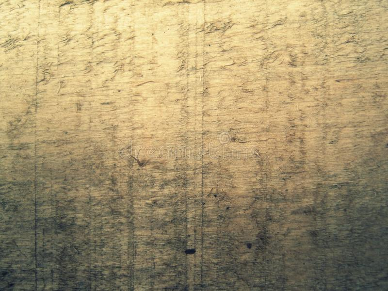 Oude houten raad die in de hoek van de werf legt stock afbeeldingen