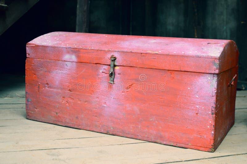 Oude houten rode borst met schatten stock afbeelding