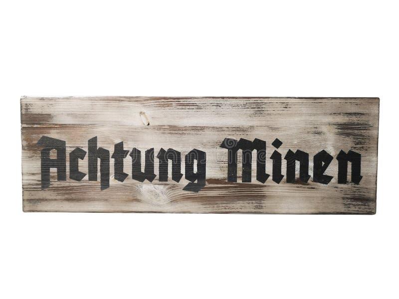 Oude houten schild gevaarlijke mijnen met witte achtergrond stock afbeeldingen