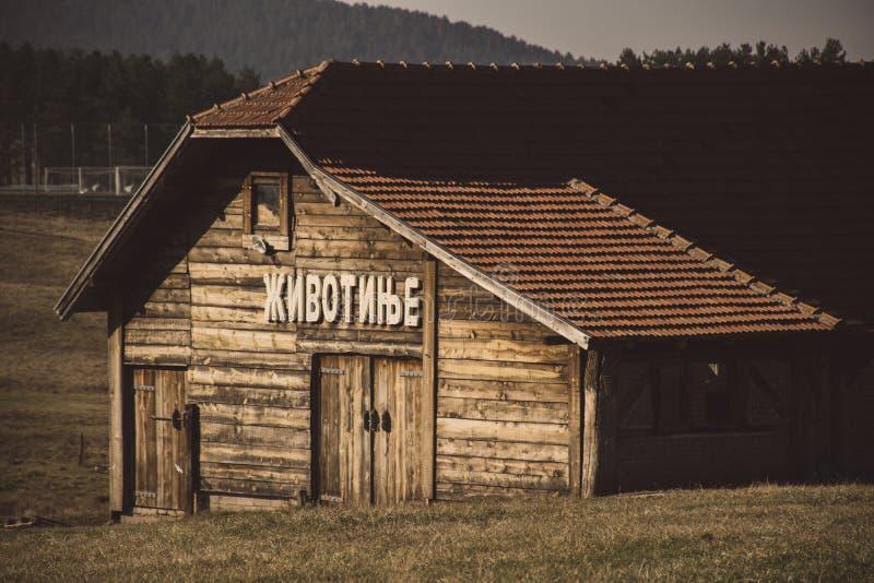 Oude houten schuur in berg royalty-vrije stock fotografie
