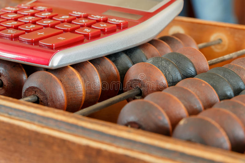 Oude houten scores en moderne calculator stock foto