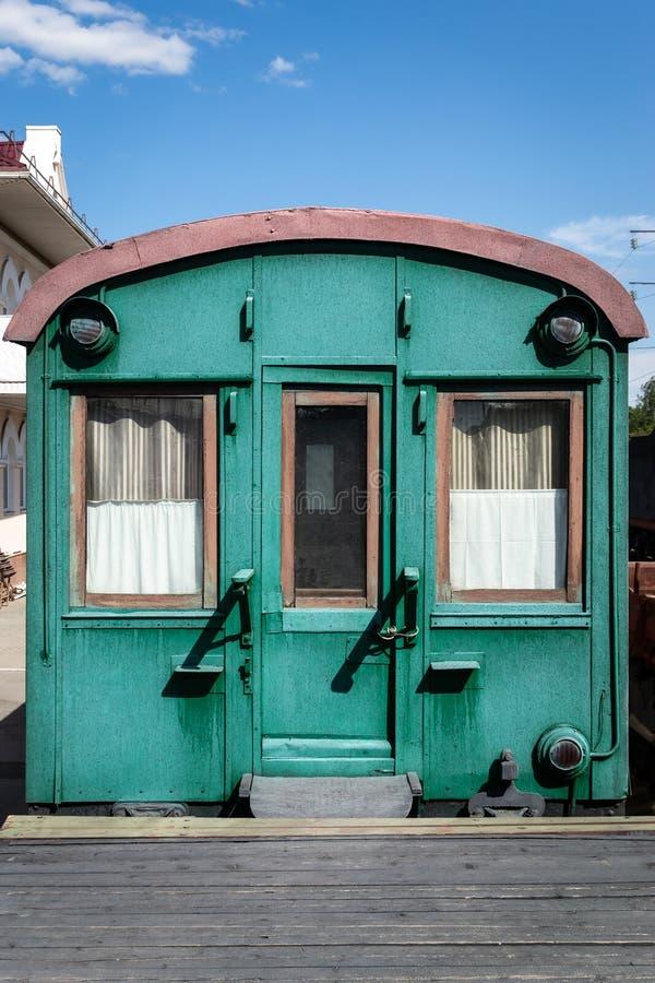Oude houten spoorwagon van groene kleur royalty-vrije stock afbeelding