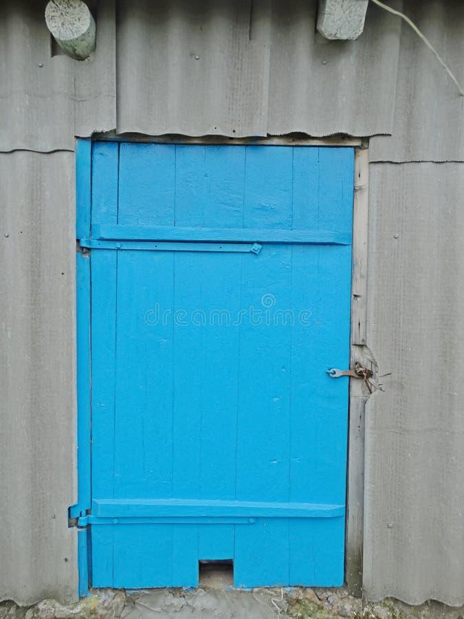 Oude houten staldeur royalty-vrije stock afbeeldingen