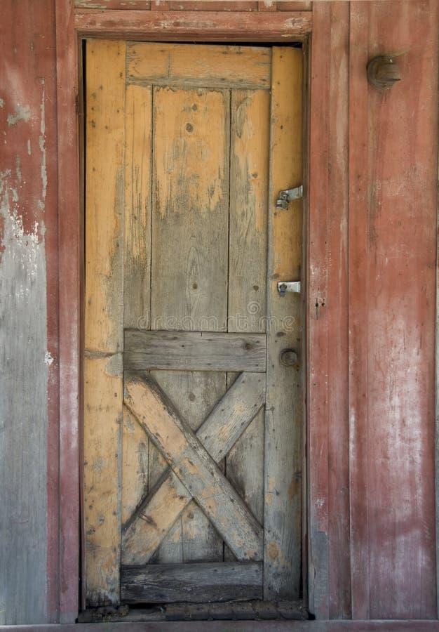 Oude houten staldeur stock afbeeldingen