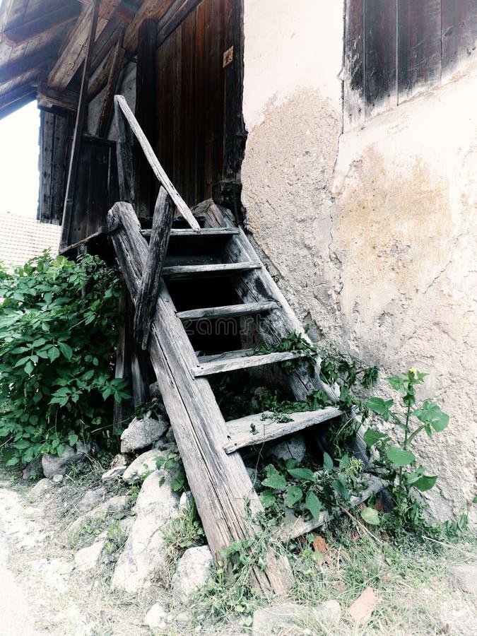 Oude houten stappen aan schuur stock foto's