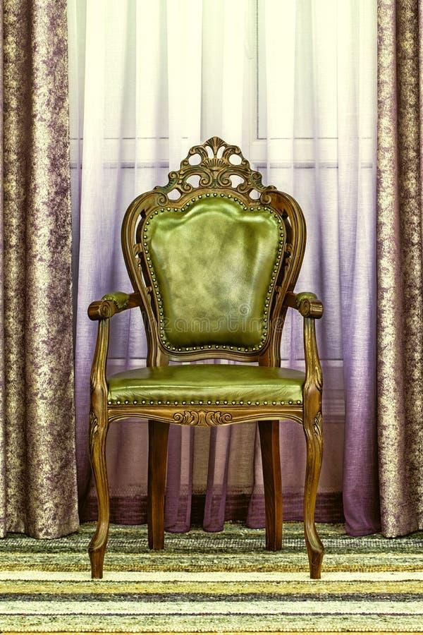 Oude houten stoel met groene het moeras van de leerstoffering stock afbeeldingen