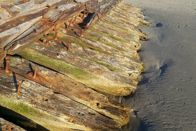 Oude houten structuur die in zeewater rotten stock foto's