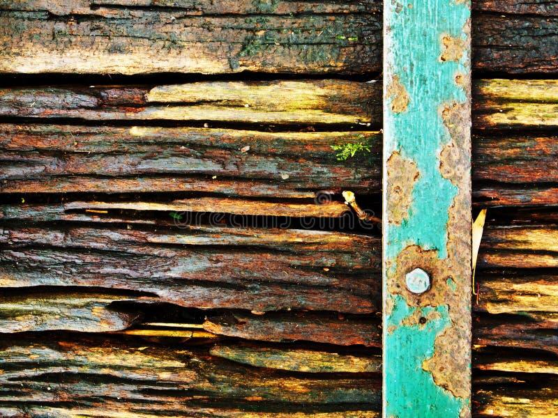 Oude houten textuur met roestige staalstaaf stock fotografie