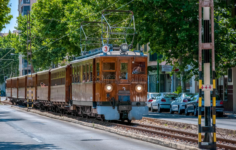 Oude houten trein die naar de stad van Soller gaan royalty-vrije stock afbeelding
