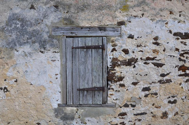 Oude houten venster of deur in steen en bakstenen muur op structuur royalty-vrije stock afbeelding