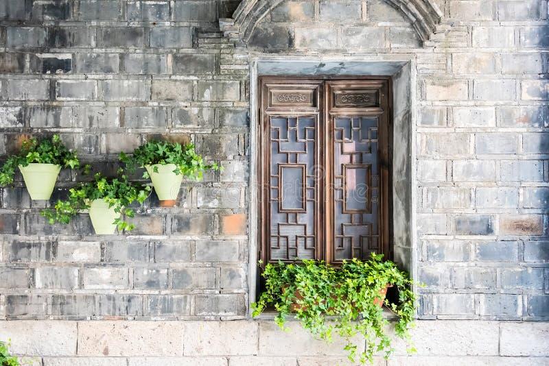 oude houten venster en bloempot stock fotografie