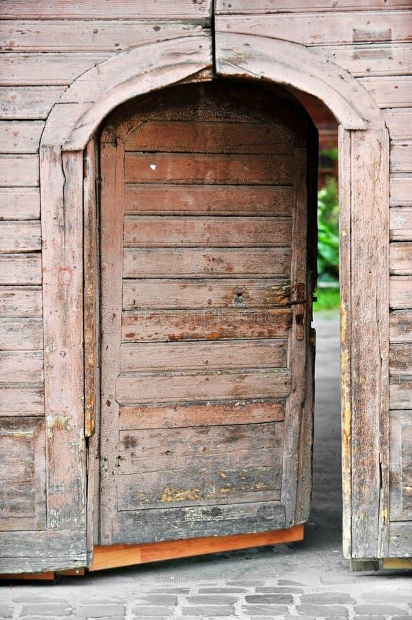 Oude houten voordeur stock afbeelding