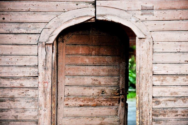 Oude houten voordeur stock afbeeldingen