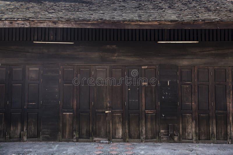 Oude houten vouwende deuren royalty-vrije stock afbeelding