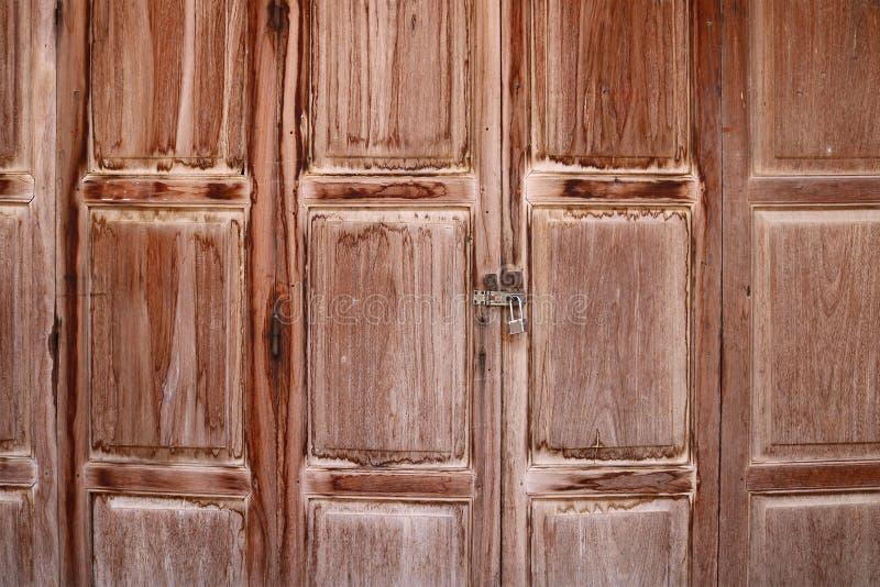 Oude houten vouwende deuren, Chiang Khan, Thailand royalty-vrije stock afbeelding