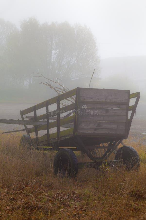 Oude houten wagen in mist royalty-vrije stock afbeeldingen
