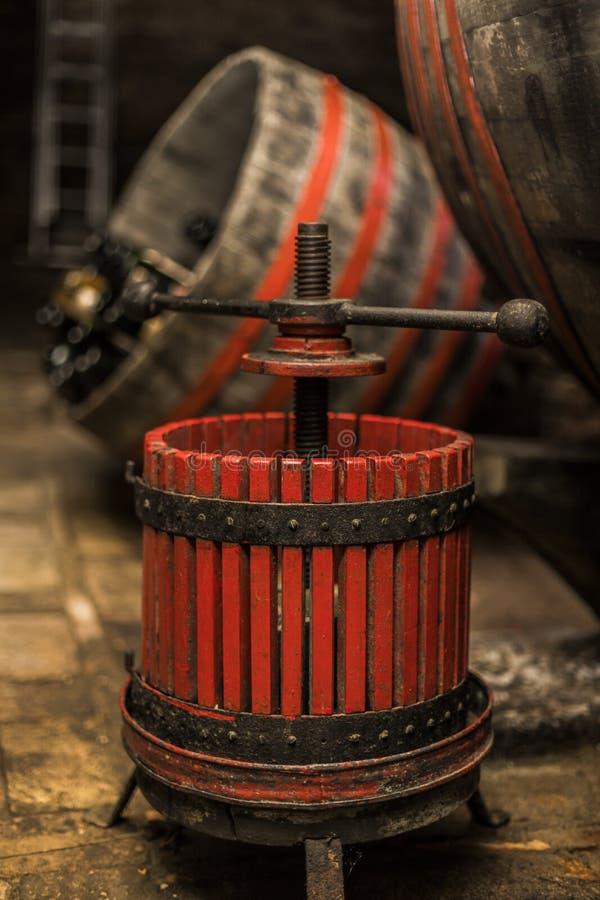 Oude houten wijnpers stock foto