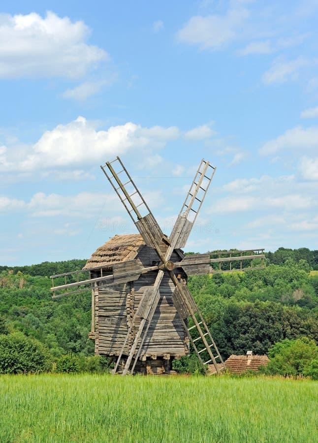 Oude houten windmolen royalty-vrije stock afbeeldingen